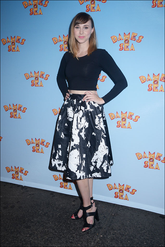 Samantha Hill in a slinky crop top with a full printed skirt. A study in black-and-blue with hot, hot, hot sandals! Like I said earlier, a balmy night, and Samantha played it to perfection!